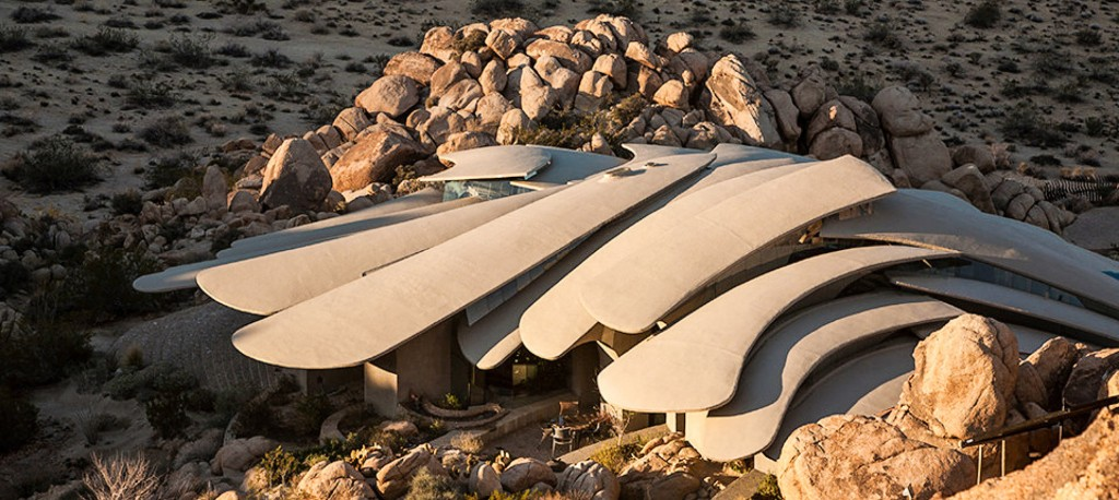 this-outrageous-alien-like-desert-mansion-is-for-sale